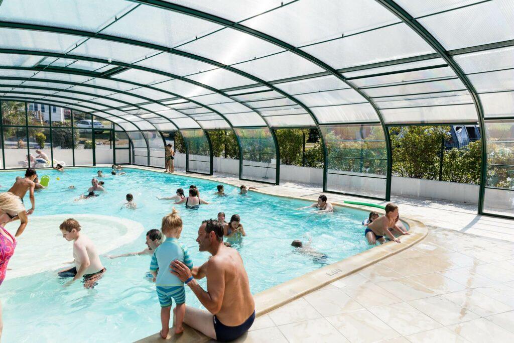 piscine couverte du camping la Vallée en Normandie