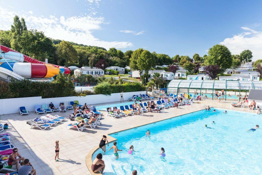 la piscine extérieure et ses toboggans géants