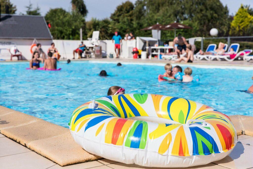 une bouée gonflable au bord de la piscine